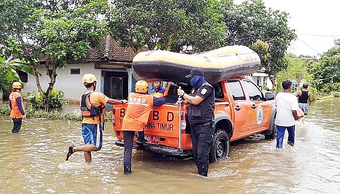 Bantu banjir Jember, BPBD kirim perahu karet dan bantuan logistik.