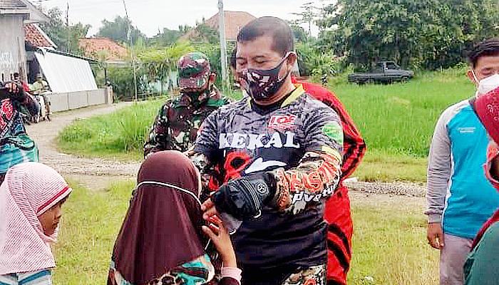 Di Bangkalan, Danrem Bhaskara Jaya sebar masker.