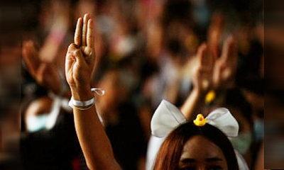 """Polisi Thailand tahan demonstran anti pemerintah dengan UU """"Lese Majeste""""."""