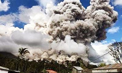 Gunung Sinabung menyemburkan abu hingga setinggi 500 meter.