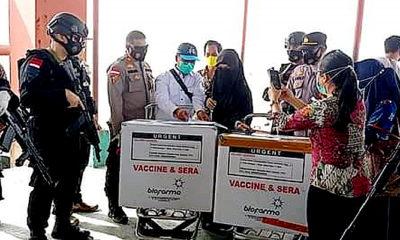 Vaksin Covid-19 sebanyak 3.640 tiba di Nunukan./Foto: Tim Gugus Covid Nunukan sedamg memmeriksa bok berisi vaksin