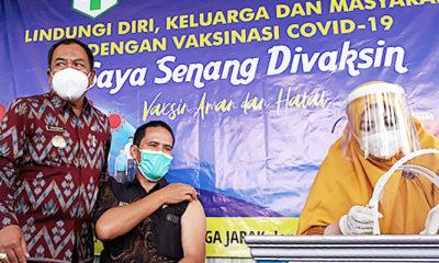 Tenaga kesehatan Puskesmas Pragaan divaksin Covid-19, Kamis (26/1)/Foto: Kepala Puskesmas Pragaan saat di vaksin di dampingi Camat Pragaan.