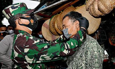 Pangdam Brawijaya pantau penerapan prokes di Pasar Simo.