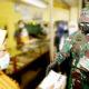 angdam bersama forkopimda sebar ribuan masker di pasar kawasan Surabaya.