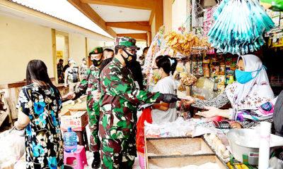 Pangdam tinjau PPKM pasar tradisional di Pasuruan.