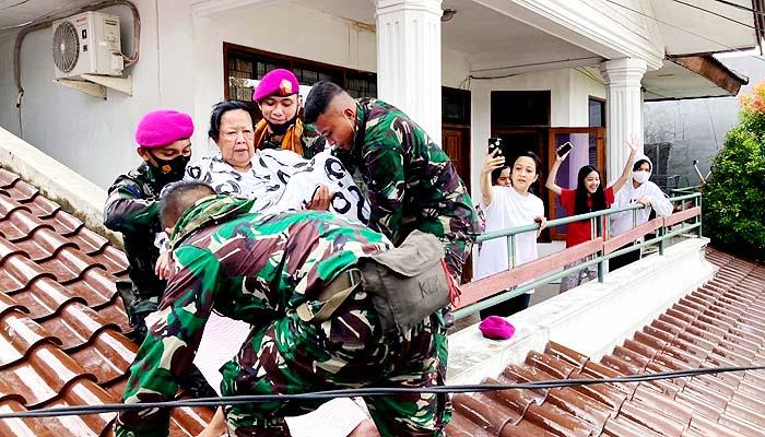 Prajurit Marinir TNI AL evakuasi warga korban banjir ibukota.