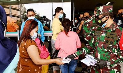Forkopimda Jatim bagikan 25ribu masker di Pasar Grosir Surabaya.