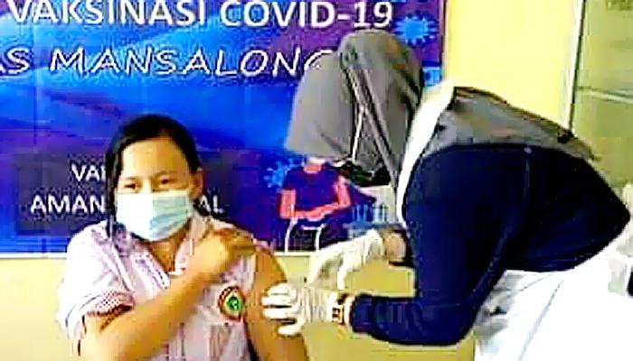 Nakes di Puskesmas Lumbis antusias disuntik vaksin Covid-19.