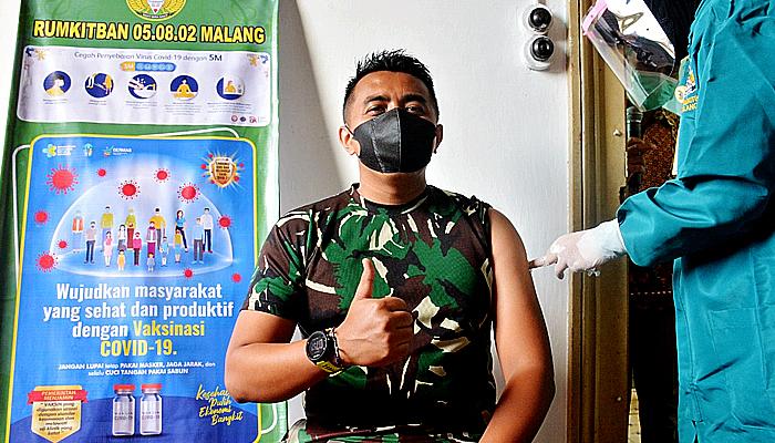 Danrem 083/Baladhika Jaya jadi orang pertama yang disuntik vaksin Sinovac di Kota Malang.