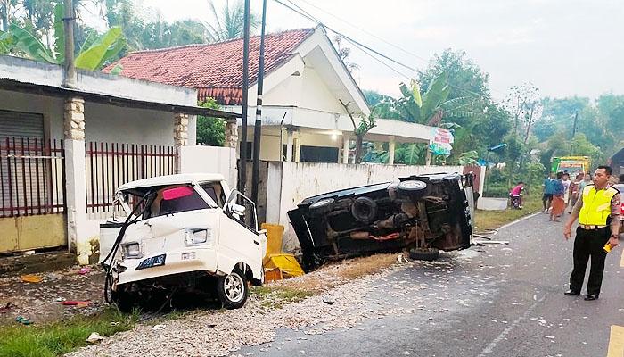 Truck Ttbrak dua mobil Carry, satu korban meninggal dunia.