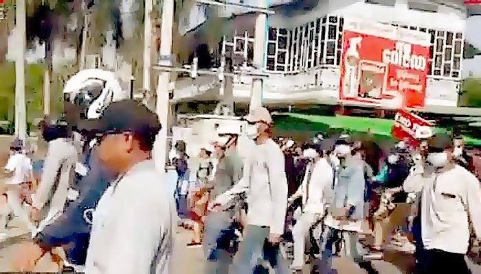 Aksi unjuk rasa terus berlanjut di seluruh Myanmar meski militer negara itu mulai mengambil tindakan represif.