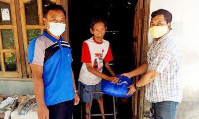 Jurnalis Ponorogo bagikan paket sembako bagi penyandang disabilitas.