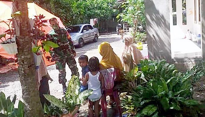 Babinsa gampong Paleuh Pulo komsos dengan ibu-ibu warga binaan.
