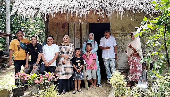 Para relawan KPAYD dan Komunitas Pijay Gleeh santuni warga kurang mampu menjelang Ramadhan.