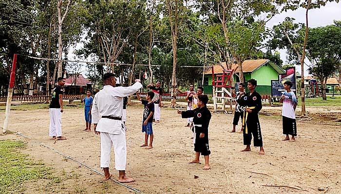 Anak-anak di Perbatasan Indonesia-Papua Nugini dilatih Karate.