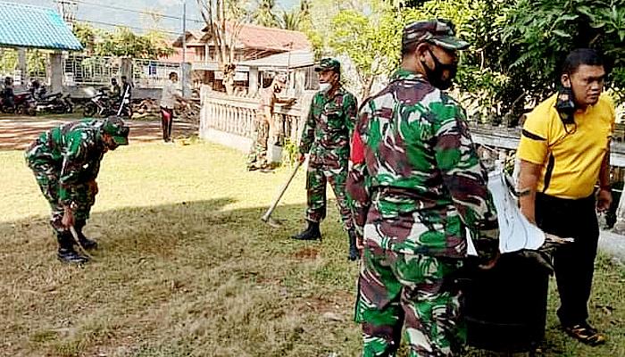 Muspika Darul Kamal bergotong royong bersama warga.