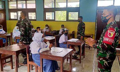 Satgas menjadi guru pendidik di perbatasan Indonesia-Papua Nugini.