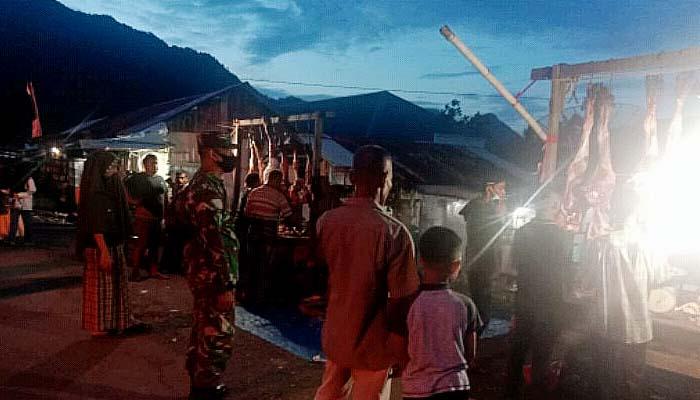Tradisi Meugang, Babinsa pantau harga daging di Pasar Lhoong.