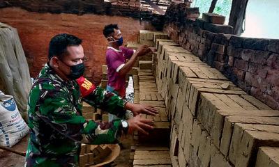 Anjangsana Babinsa guna motivasi usaha industri pengrajin batu bata.