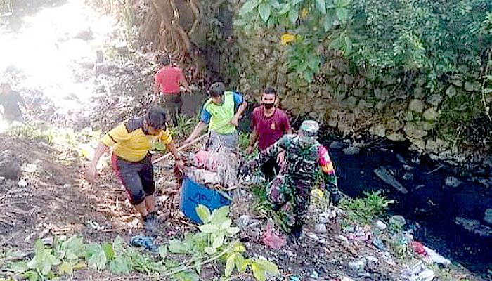 Babinsa pimpin langsung bersihkan bantaran sungai.
