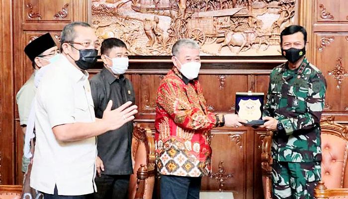 Ketemu Pangkoarmada II, Pimpinan Dewan Jatim ajak tangani Covid-19 dan awasi peredaran narkoba.