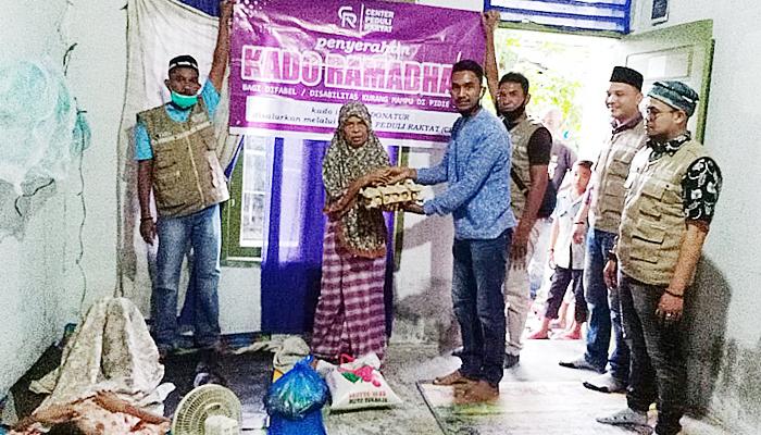 Center Peduli Rakyat bagikan kado Ramadhan kepada kaum difabel.