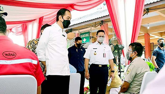Presiden Joko Widodo tinjau pelaksanaan vaksinasi Covid-19 massal di Terminal Bus Kampung Rambutan Jakarta, Kamis (10/6).
