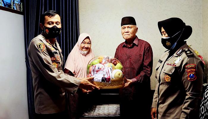 Peringati Hari Bhayangkara ke-75, Kapolres Tuban anjangsana ke kediaman Purnawirawan Polri.