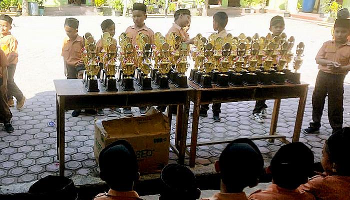 MIN 15 Pidie Jaya berikan hadiah terhadap siswa berprestasi.
