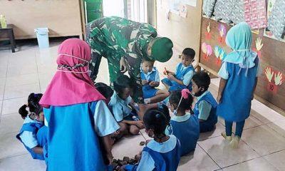 Murid TK Tunas Harapan Papua, olah kreatifitas bareng Satgas 512.