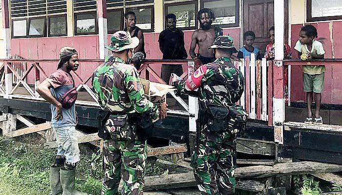 Pakaian dari Satgas 512, untuk warga di perbatasan Papua.