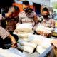 PKM Darurat, Polres Tuban distribusikan bantuan sosial beras kepada masyarakat terdampak.