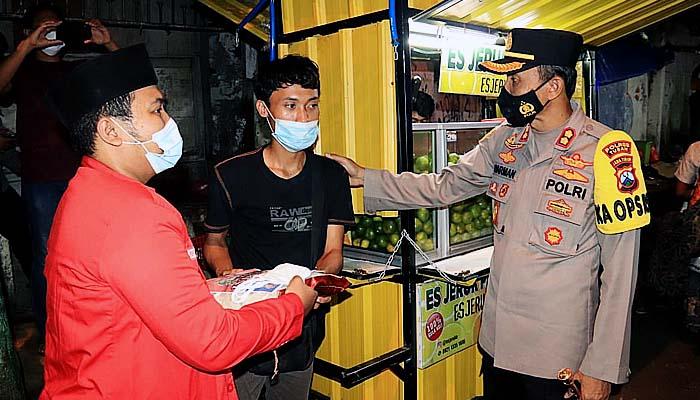 Lagi, Kapolres Tuban pantau PPKM sambil bagikan bansos kepada warga terdampak Covid-19.