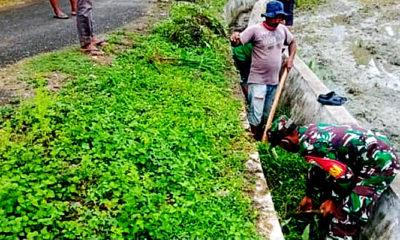 Gotong Royong membersihkan saluran irigasi di Desa Weubada.