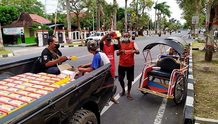 Peduli terdampak Covid-19, Legislator Alvis tiap hari sebar 3000 bantuan makan dan masker.