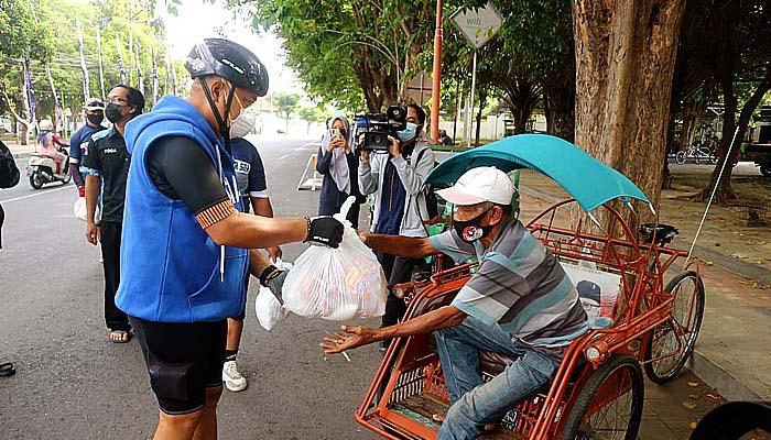 Gowes di Banyuwangi Legislator Agung Mulyono Bagikan Bantuan Kemanusiaan