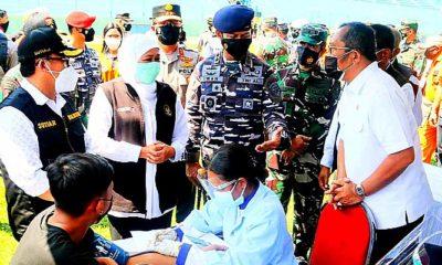 Bersama Pangkoarmada II, Sahat Tua Simanjuntak tinjau serbuan vaksinasi 20 ribu dosis di Malang.