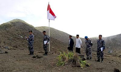 TNI AL-Lanal Ternate Gelar Upacara Pengibaran Merah Putih di Puncak Gamalama