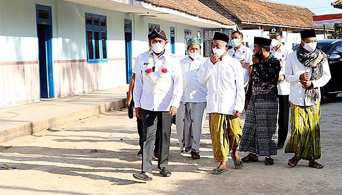 Bupati Fauzi Kunjungi Pondok Pesantren dan Serahkan Sembako