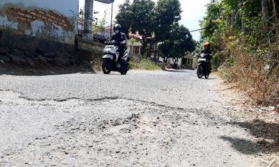 Jalan Utama Rongerong, Lobuk, Pagar Batu Rusak dan Berlubang
