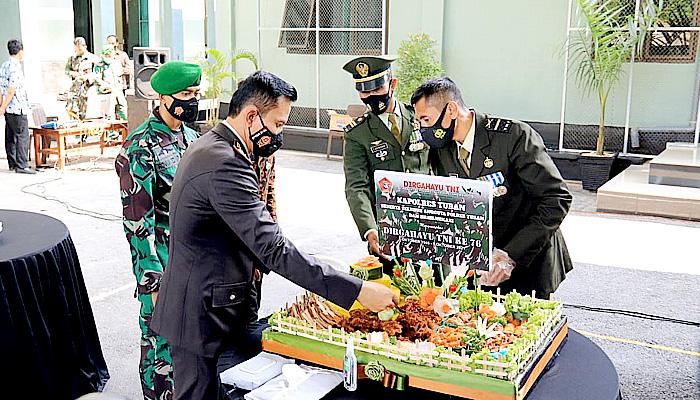 Datangi Wisma Dandim, Kapolres Tuban Beri Kejutan HUT Ke-76 TNI