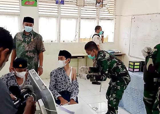 Kakankemenag Banda Aceh Hadir, 300 Siswa dan Guru MTsN 1 Banda Aceh Divaksin